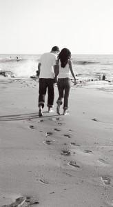 пляж песок влюбленные пара следы